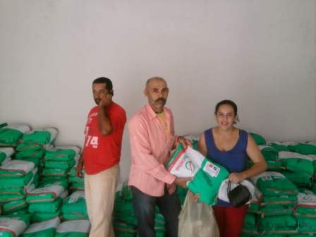 Rege da Madereira entregando semente a agricultora (Foto: Divulgação)